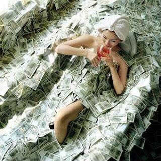 perempuan sedang mandi didalam kolam uang