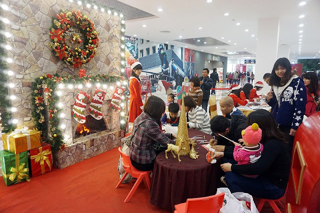 Bustle Christmas at the commercial center in Hanoi 7