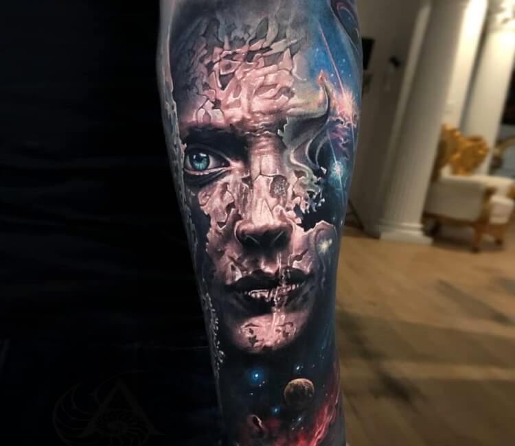 Tatuaje de una cara cuarteada en un fondo del espacio