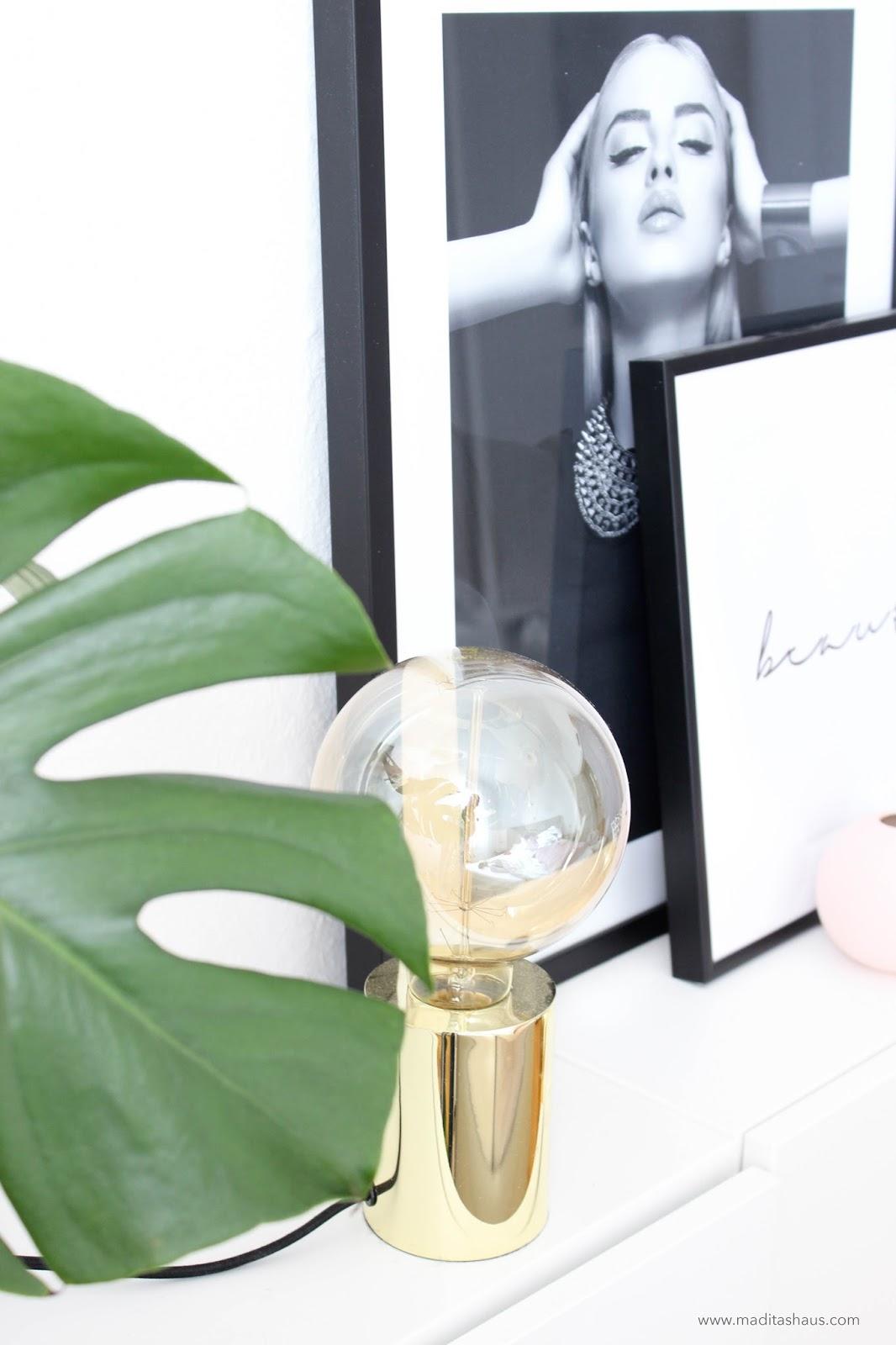 trend update monstera blatt goldene lampe und schwarz wei bilder im schlafzimmer maditas. Black Bedroom Furniture Sets. Home Design Ideas