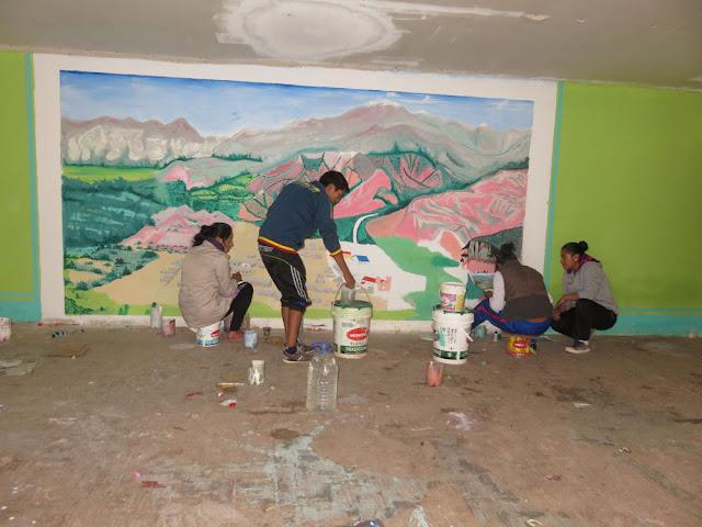 Die Abiturienten hinterlassen im Veranstaltungssaal des Colegio ihre Fußspuren. Bühnenbild ESMORACA.