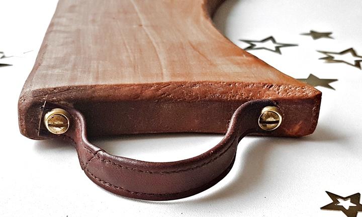 Teilansicht Holzschneidebrett mit Ledergriff angeschraubt