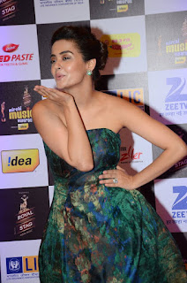 Actress Surveen Chawla Pictures in Shoulderless Dress at Mirchi Music Awards 2016  0002