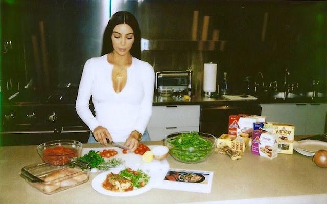 Kim-Kardashian-making-her-favorite-Italian-Chicken-Cacciatore