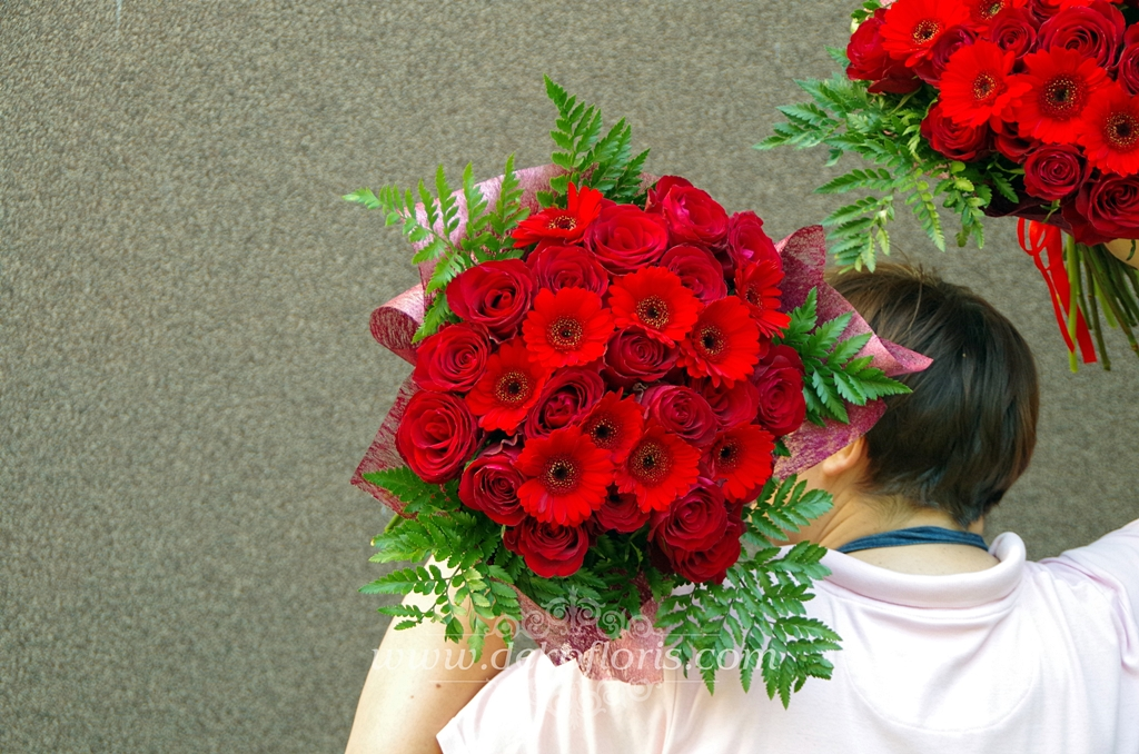 Bukiety czerwonych kwiatów - podziękowania dla rodziców