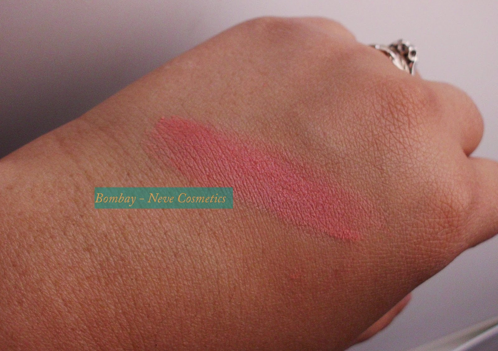 Bombay, Neve Cosmetics, Swatch pelle olivastra, pelle scura