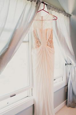 Vestido de novia colgado de la ventana