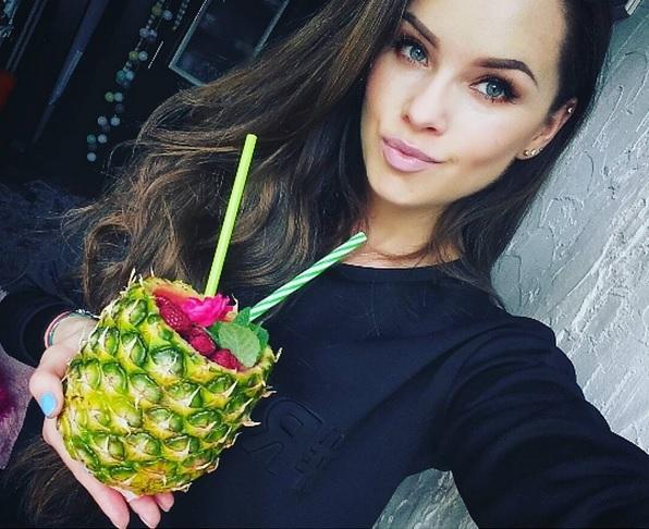 https://zielonekoktajle.blogspot.com/2017/11/ananas-banan-maliny-woda-kokosowa.html
