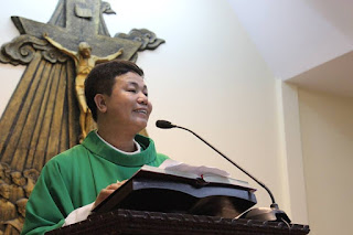 Linh mục Nguyên Ngọc Nam Phong giảng lễ ngày 26/6. Ảnh: internet