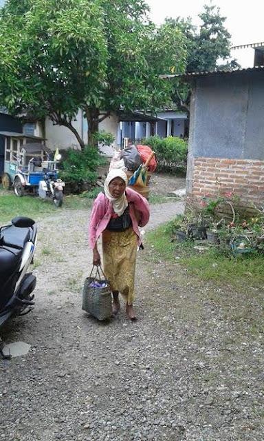Nenek Ini Tempuh Jarak 7 Km Sejak Subuh Tanpa Alas Kaki Demi Mencari Penghidupan
