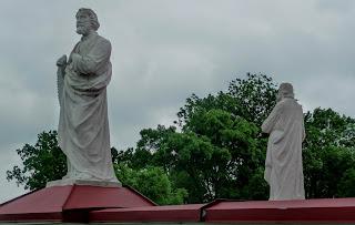 Гнездычев. Кохавино. Церковь Покрова Пресвятой Богородицы. Скульптуры святых Петра и Павла