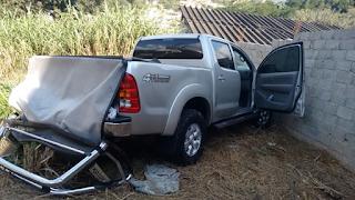 GCM de Embu das Artes prende assaltante que roubou Hilux e bateu contra muro