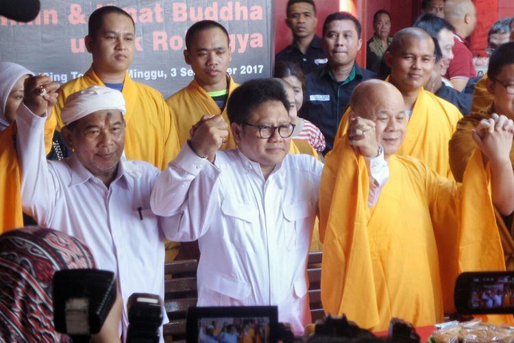 Anggota Dewan Syuro PKB Abdul Ghofur, Ketua Umum PKB Muhaimin Iskandar dan pemuka agama Budha Suhu Benny usai berdialog terkait persoalan Rohingya di Wihara Dharma Bakti, Glodok, Jakarta Barat, Minggu (3/9/2017).