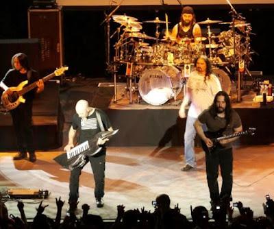 Foto de Dream Theater cantando en concierto
