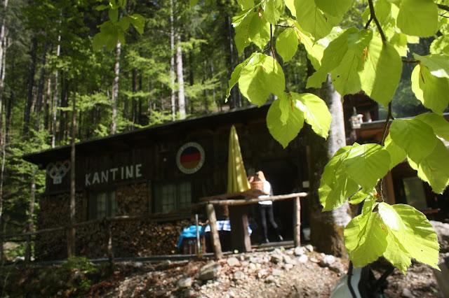 Bobkantine, Hütte im Wald, Trachtenhochzeit in den Bergen von Bayern, Riessersee Hotel Garmisch-Partenkirchen, Wedding in Bavaria