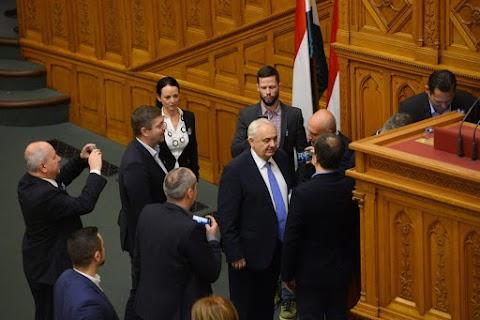 Az ellenzéki képviselők viselkedése az alkotmányos rend aláásására irányult