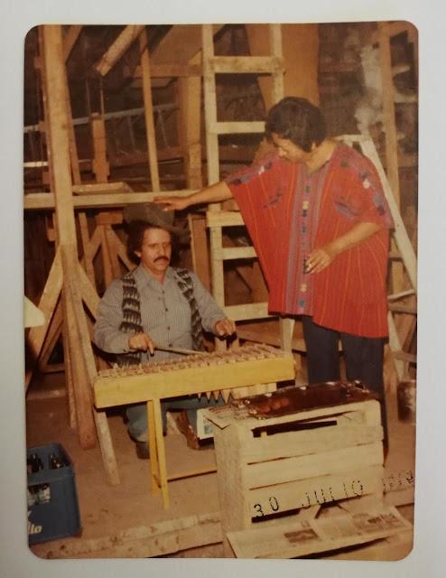 El maestro Efraín Recinos junto a su señora esposa.