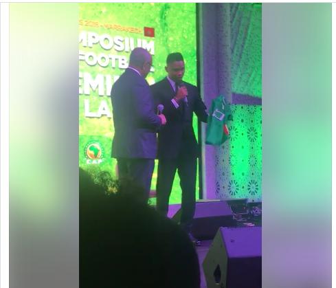 Samuel Eto'o offre son maillot de l'équipe nationale au président de la CAF (Vidéo)