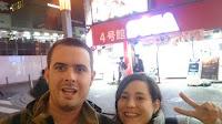 En Akihabara con el edificio  de SEGA detrás de Pili y Carlos