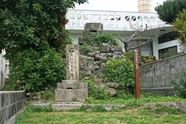ヒータチー(灯台)と天仁子女王御神の写真