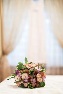 букет невесты, розы капучино, фрезия