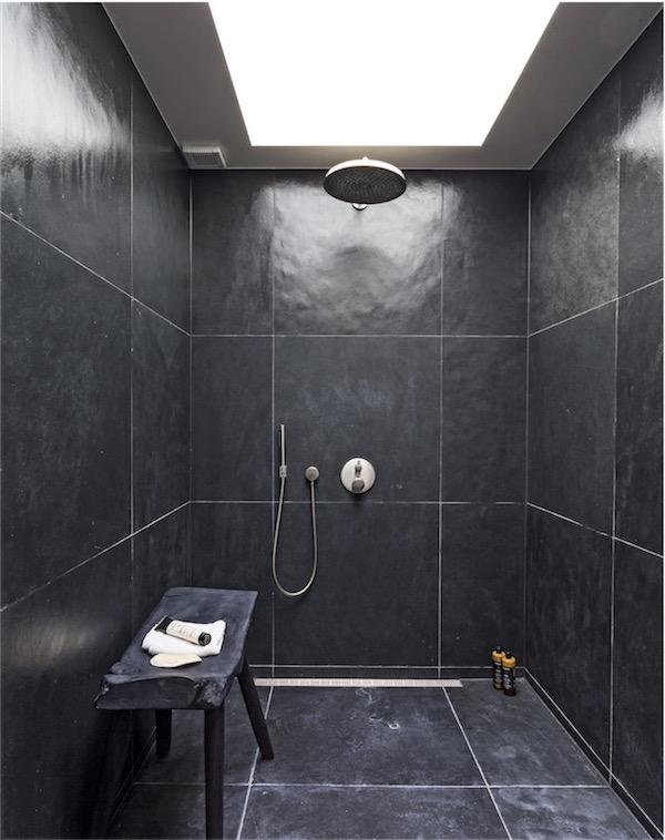 ducha alicatada de negro chicanddeco