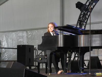 Tim Minchin playing the piano