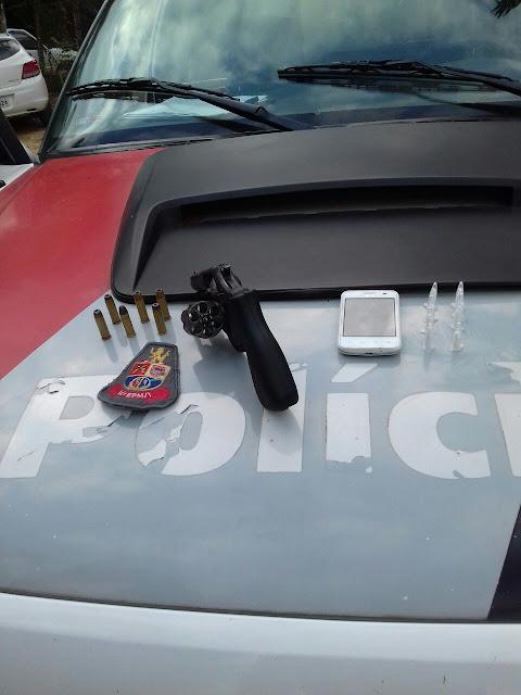 OPERAÇÃO DA POLÍCIA MILITAR DE SETE BARRAS RESULTA NA CAPTURA DE TRAFICANTE FORAGIDO DA JUSTIÇA E NA APREENSÃO DE ARMA DE FOGO E DROGAS