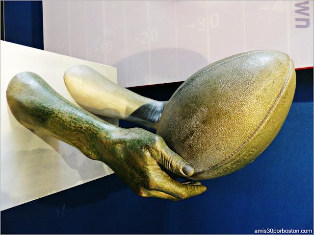Escultura con el Molde de las Manos del Jugador Troy Brown