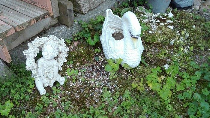 patsaat puutarhassa joutsen tyttö