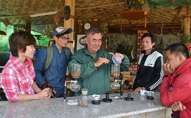 Ông Nguyễn Quốc Minh đang trổ tài pha cà phê chồn cho khách xem