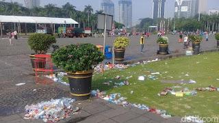 Sampah usai acara bagi-bagi sembako di Monas (Foto: Annisa Andrianaori/detikcom)