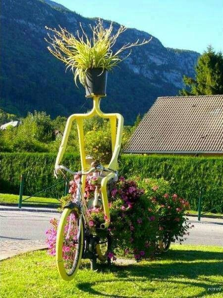 Garden Therapy: Use of old bicycles in the garden!