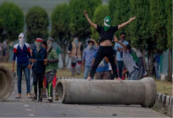 कश्मीर: 100 घंटे बाद भी नहीं थमी हिंसा