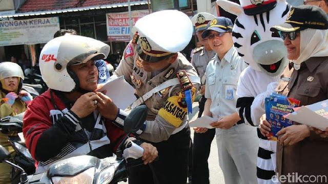 Polisi Bojonegoro Awali Operasi Zebra dengan Bagi-bagi Helm