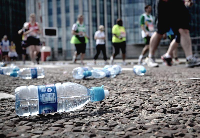 Garrafas de plástico no chão durante uma maratona