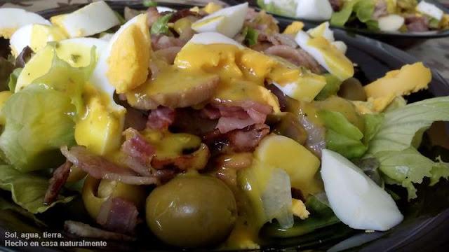 Fotografía de un plato de ensalada con salsa de miel y mostaza