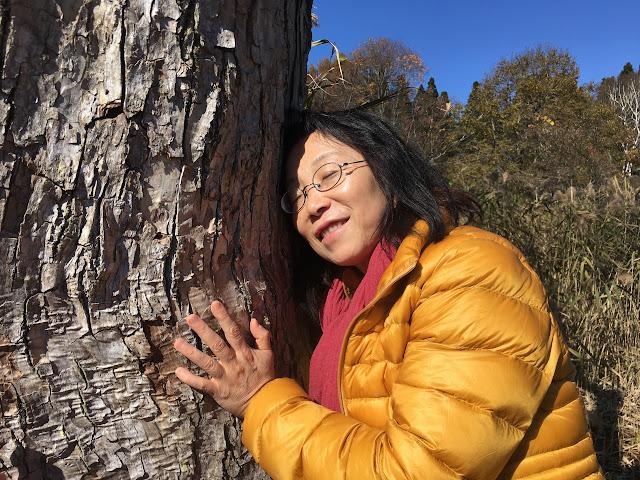 木をハグするラサタの写真