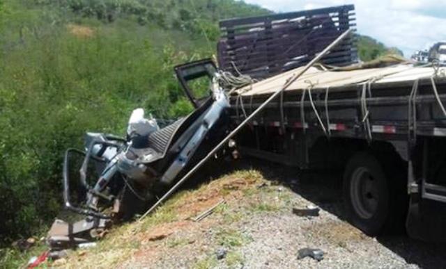 Acidente entre caminhonete e caminhão na BR-116 deixa três pessoas mortas, em Jaguaquara