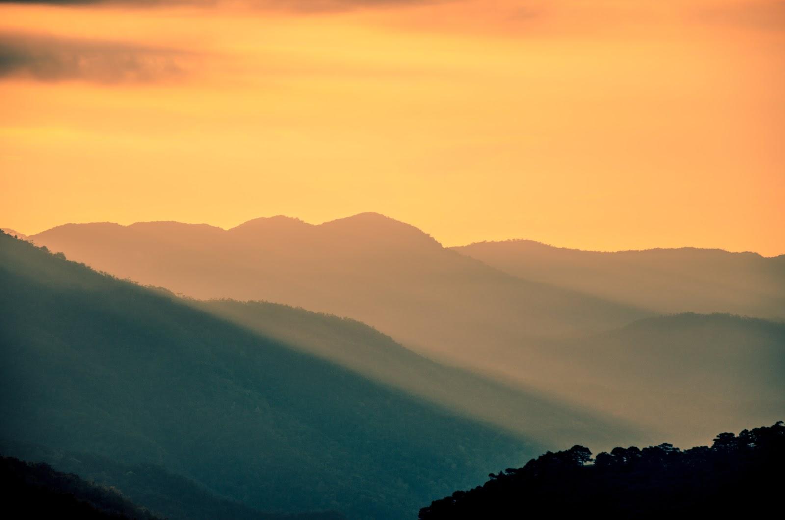 黄昏の山並み
