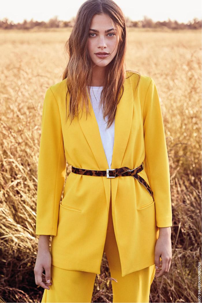 Sacos de moda invierno 2019 amarillos. Trajes de mujer de colores moda invierno 2019.