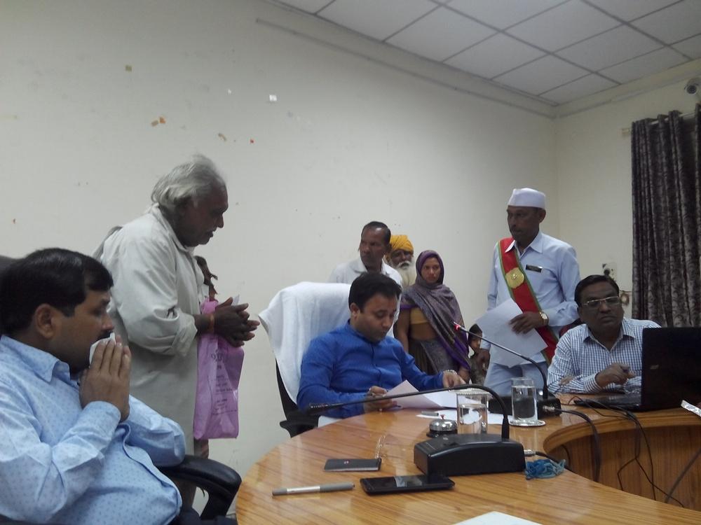jhabua-jansunvai-जनसुनवाई में प्रभारी कलेक्टर श्री अनुराग चौधरी ने लिये आवेदन