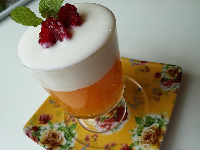 Copitas de crema de caqui con yogur y frambuesas