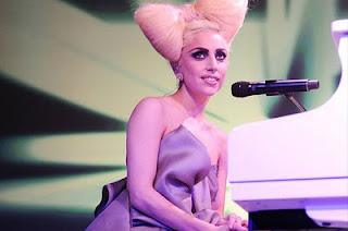 10 Foto Lady Gaga dengan Kostum Aneh, Unik dan Ekstrem
