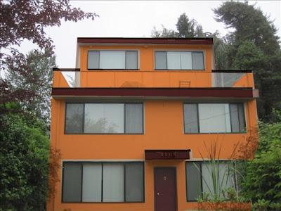 บ้านสีส้มหน้าต่างใหญ่