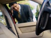 Cara membuka pintu mobil yang terkunci dengan penggaris atau mistar