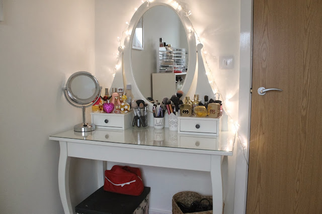 corner vanity table design with lighted mirror