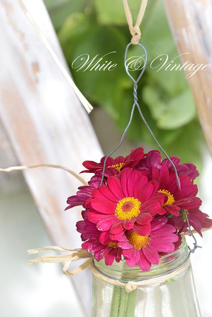 Kleine Hängevase mit Blumen