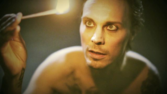 "HIM:Ο Ville Valo ερμηνεύει το ""Knowing Me Knowing You"" των ABBA"