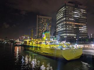 竹芝港に停泊している黄色い客船